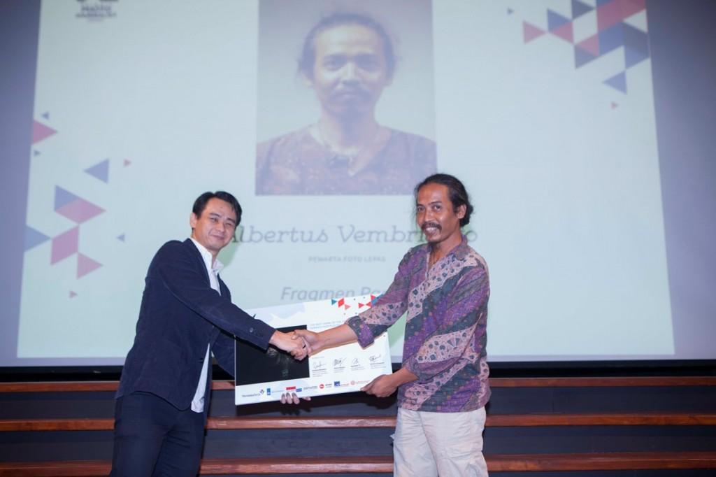 Albertus Vembrianto (kanan) Penerima Karya Terbaik PPG 2018 bersama Bapak Wilson Gunawan (Managing Director Leica Store Indonesia) (kiri)